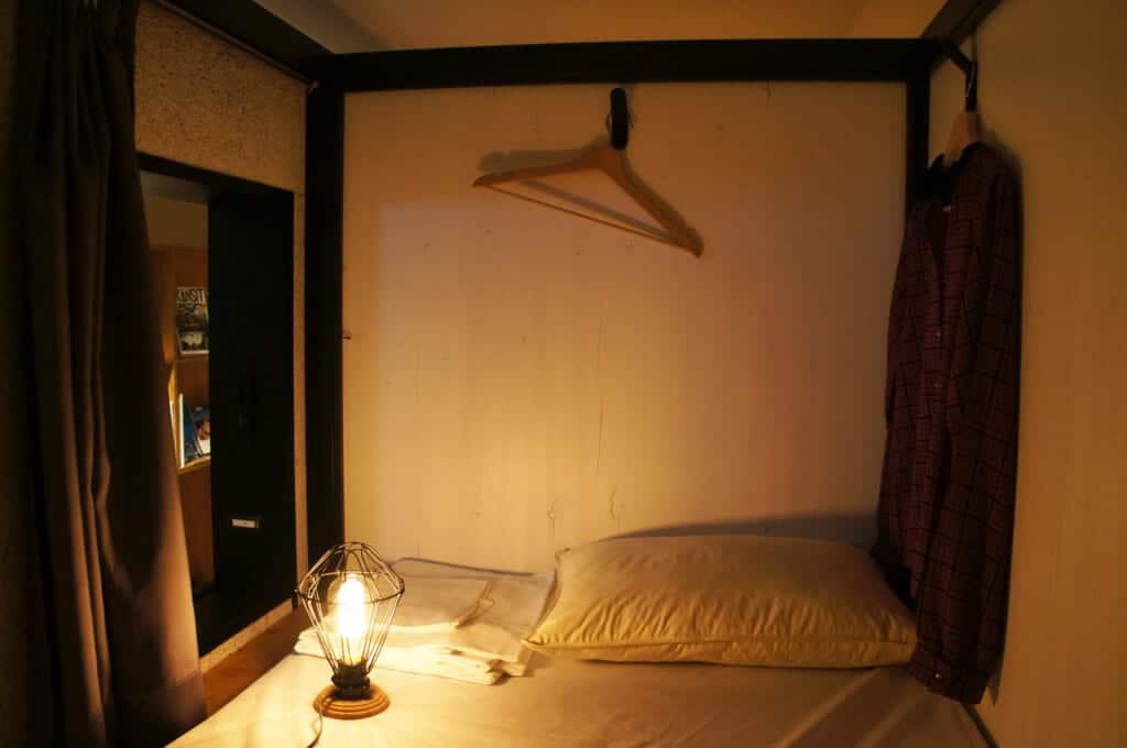 "Ein Bett im Manga-Café ""Book and Bed""."