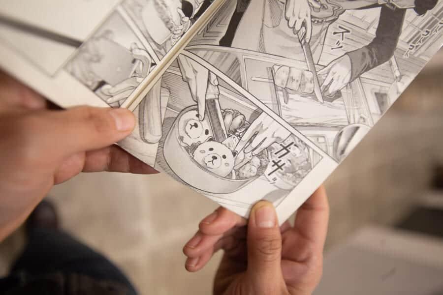Manga lesen im Manga-Café in der Nacht.