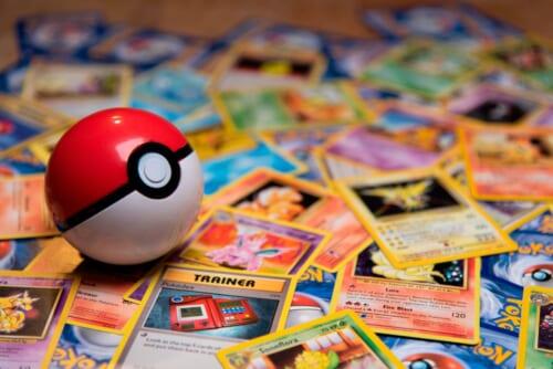 Pokémon-Sammelkarten und ein Pokéball