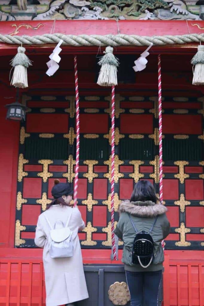 Due persone pregano al tempio