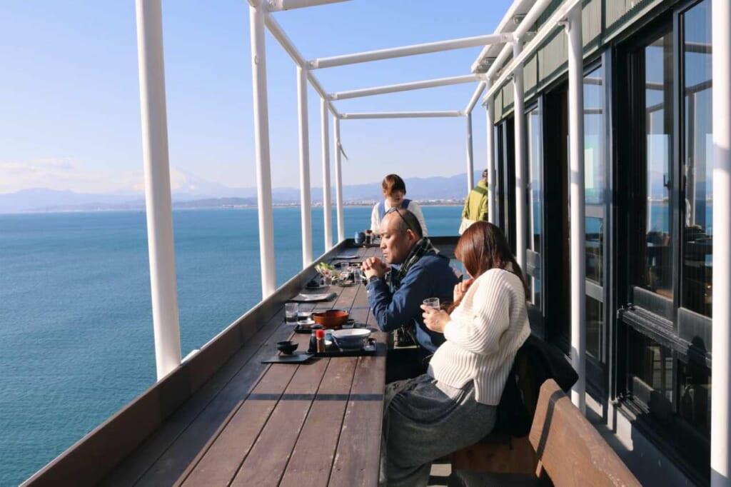 Clienti del ristorante sulla terrazza affacciata sul mare