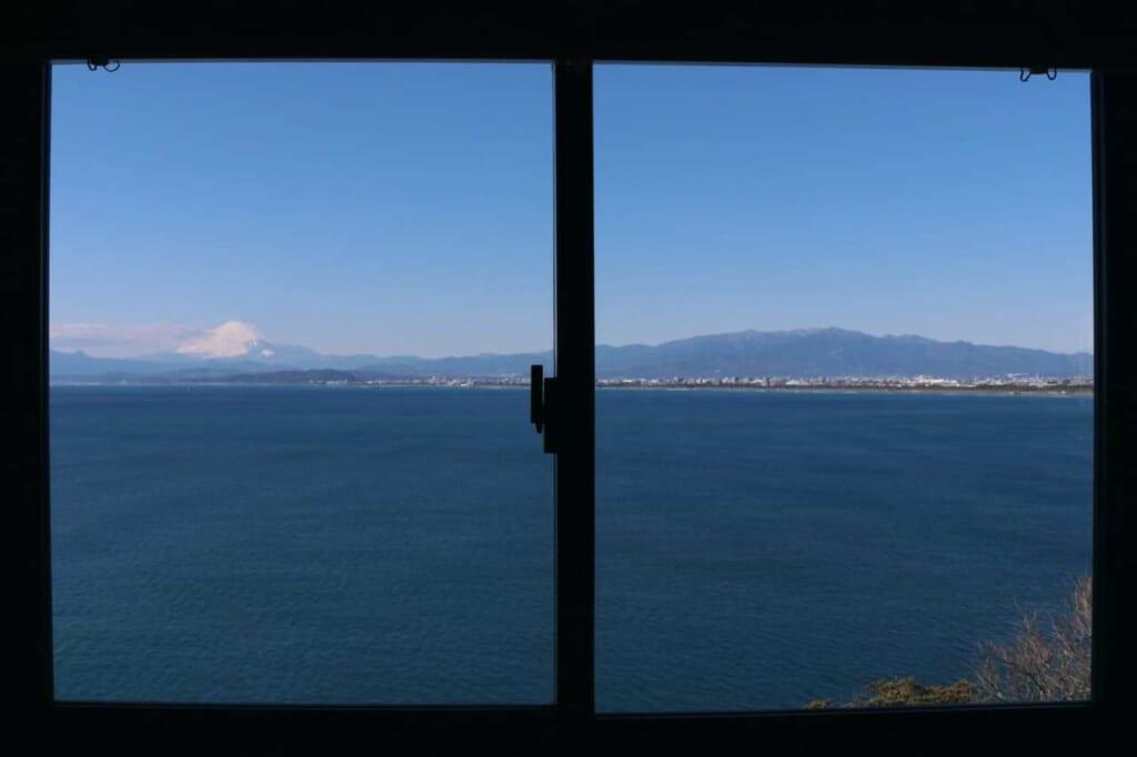 Vista sul mare dalla finestra del ristorante a Enoshima