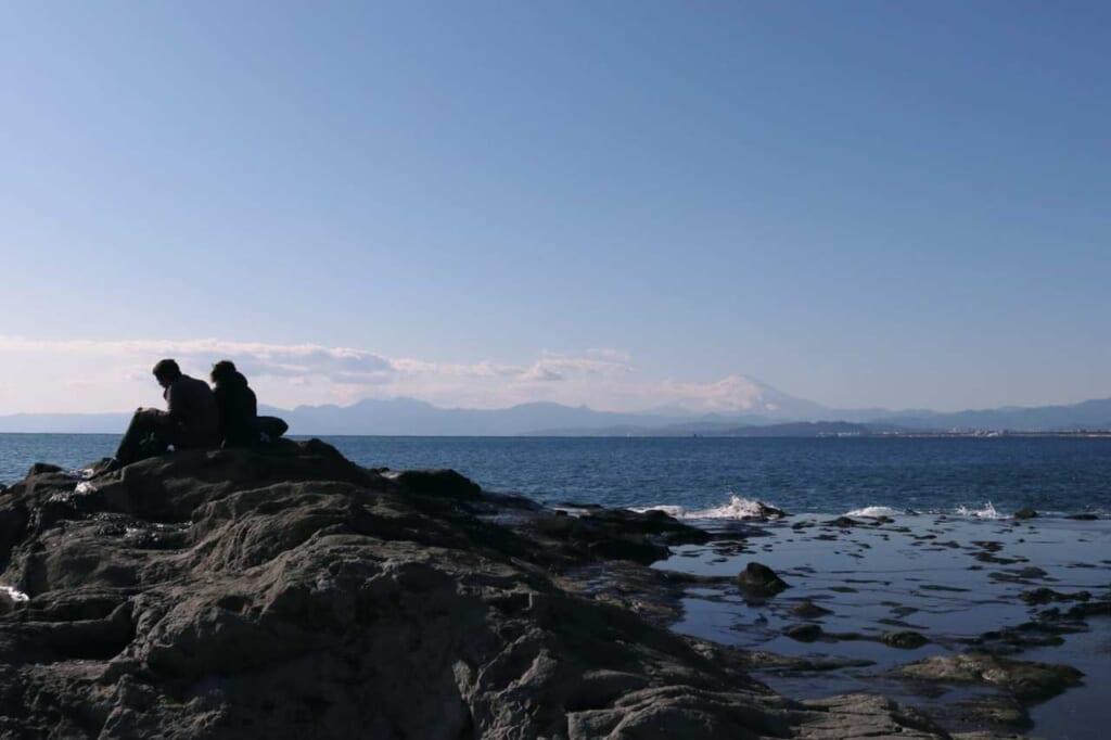 Vista sul mare e il Monte Fuji dagli scogli