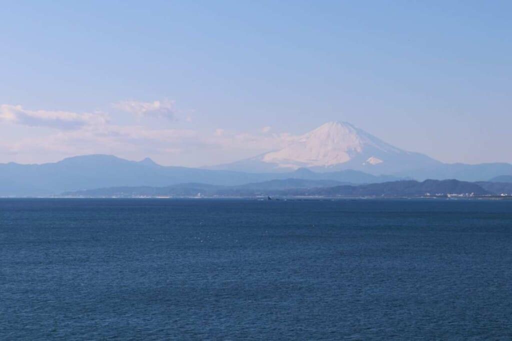 Panorama con il mare e il Monte Fuji