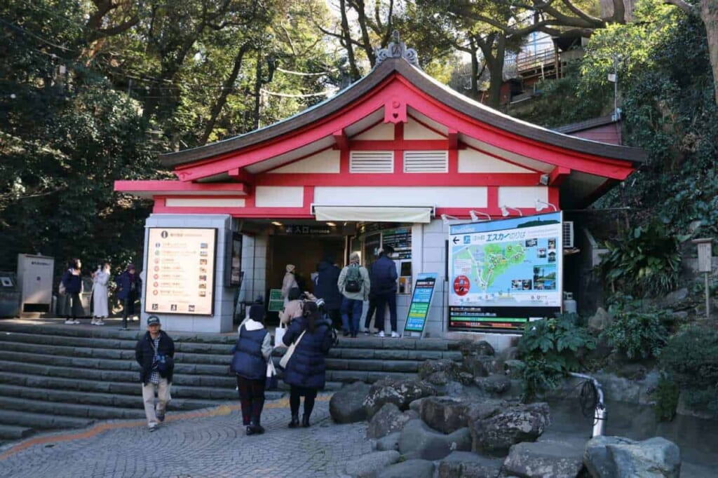 Entrata delle scale mobili a Enoshima