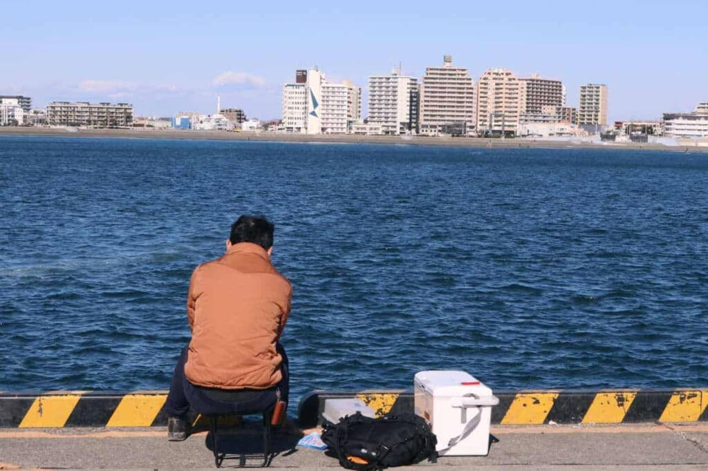 Pescatore sul lungomare di Enoshima