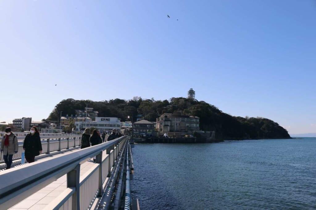 Vista dell'isola di Enoshima dal ponte