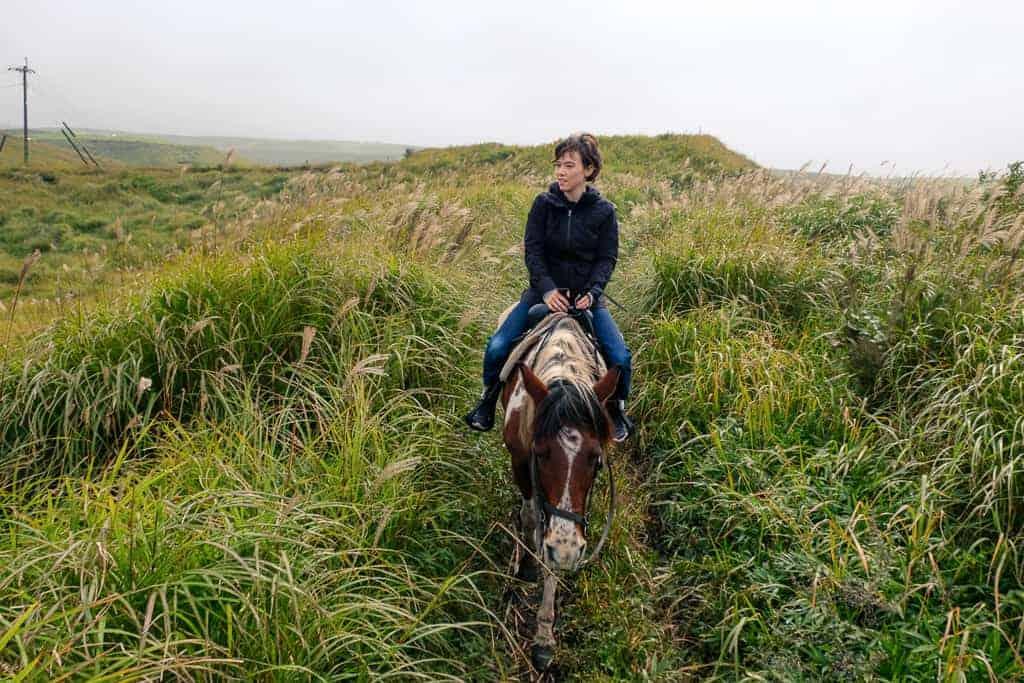 turista a cavallo nella campagna giapponese