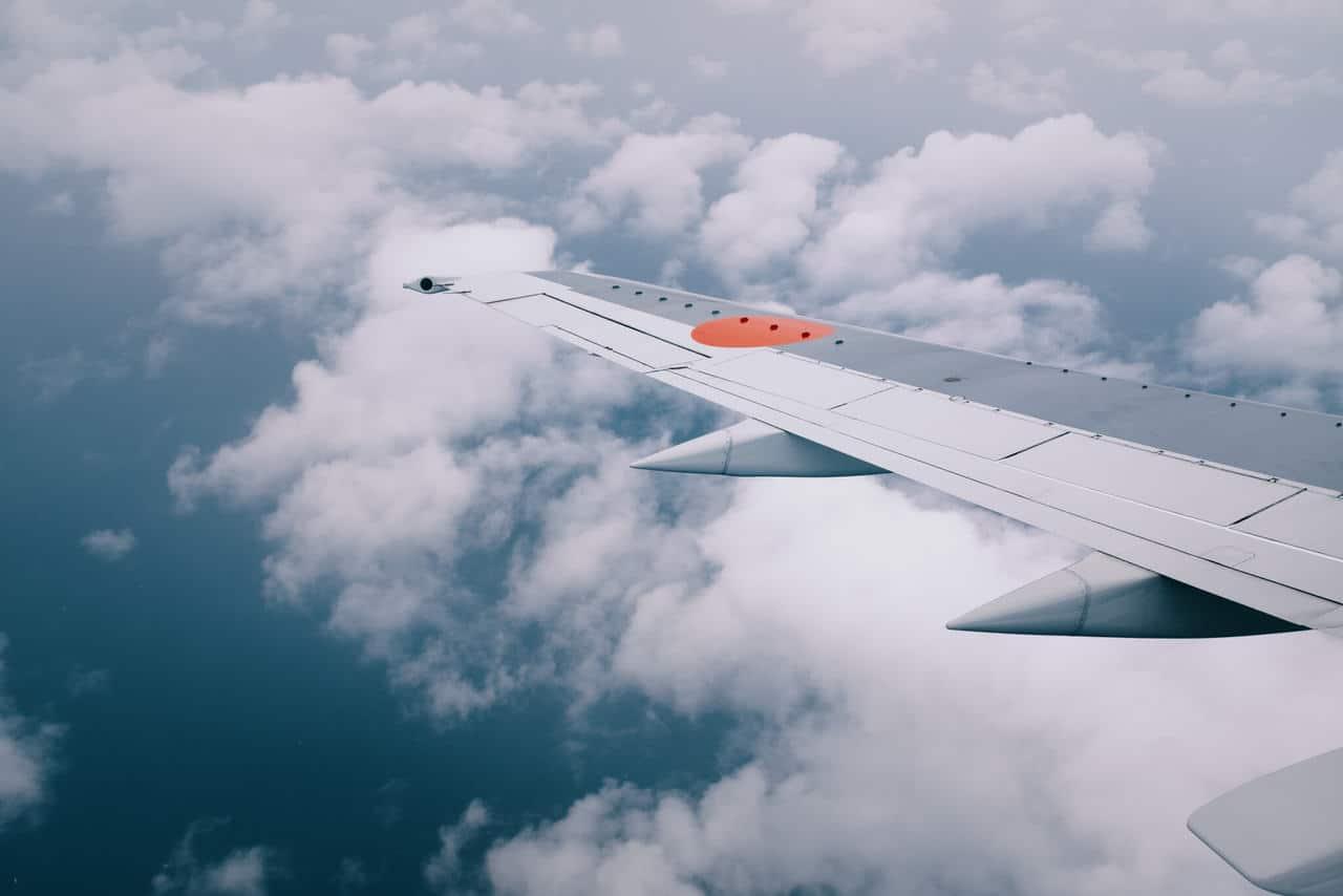 ala di un aereo in volo