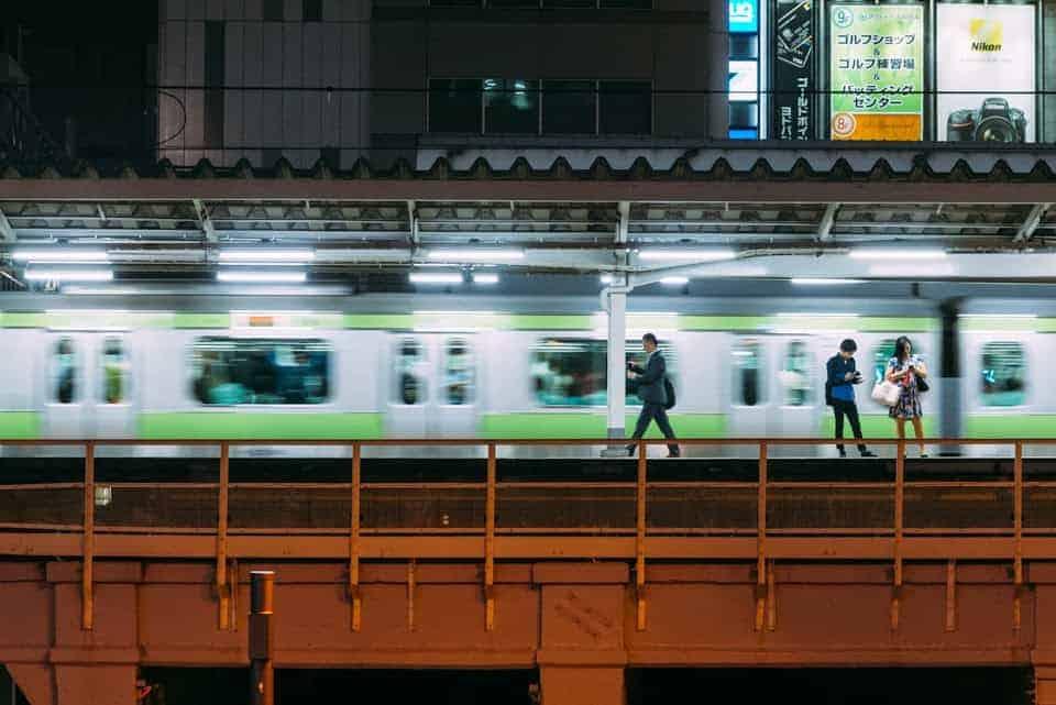 Treno della linea JR Yamanote alla stazione di Akihabara.