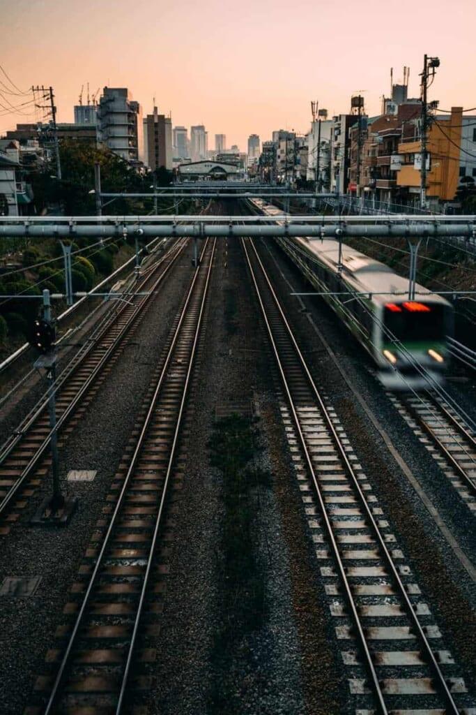 Treno sulla linea JR Yamanote al tramonto.