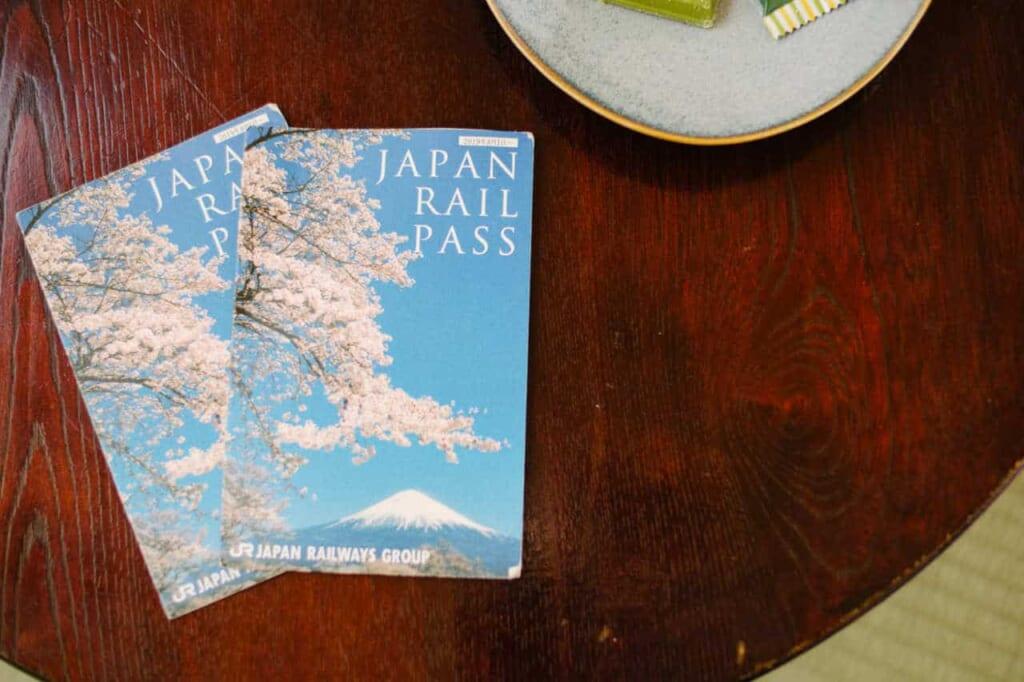 Due Japan Rail Pass su un tavolino