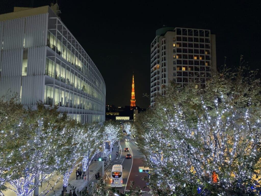 Illuminazioni di Natale lungo una strada di Tokyo