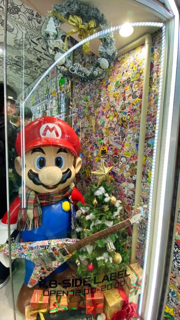 Vetrina natalizia di un negozio, con Super Mario