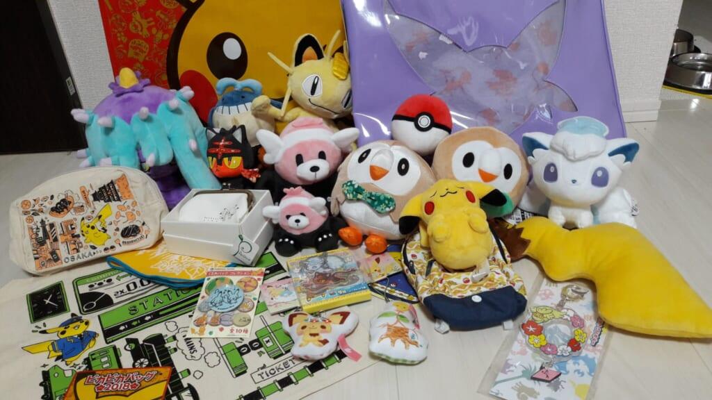 Pupazzi e gadget contenuti in un fukubukuro dei Pokemon