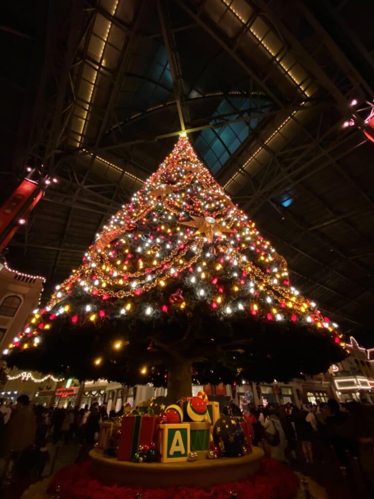 Un albero di Natale illuminato a Disneyland nel 2019