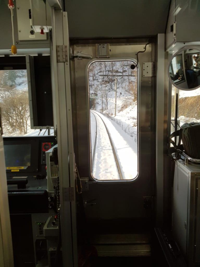 Binari innevati visti dal finestrino di un treno giapponese