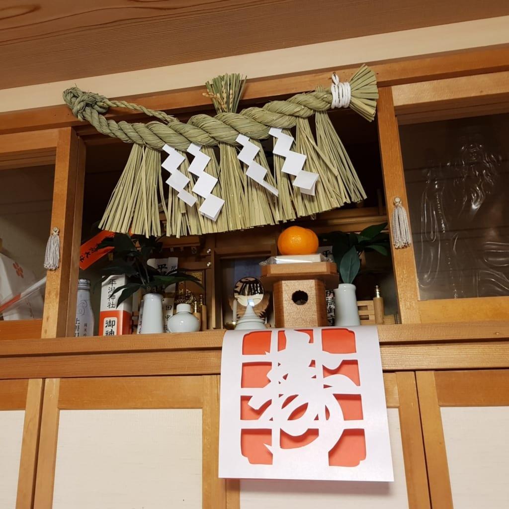 Kamidana decorato per il capodanno in Giappone