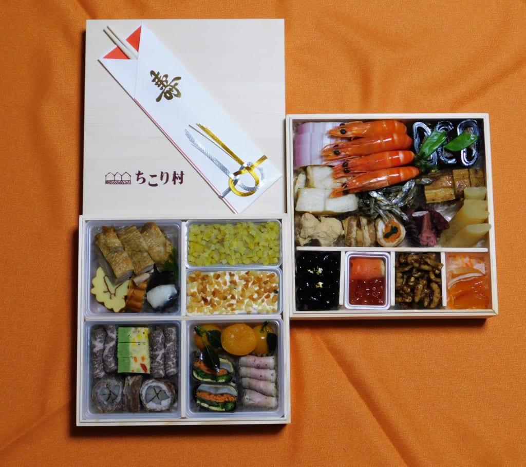 Confezione dell'osechi ryori con diverse pietanze