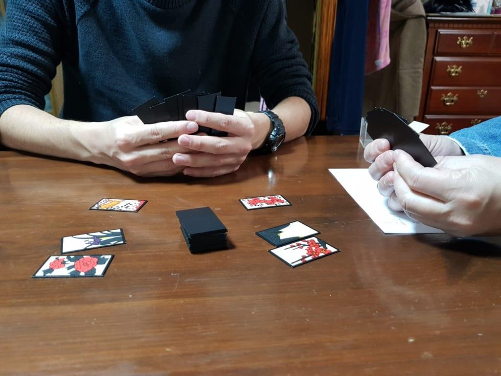 Due persone giocano con le carte hanafuda