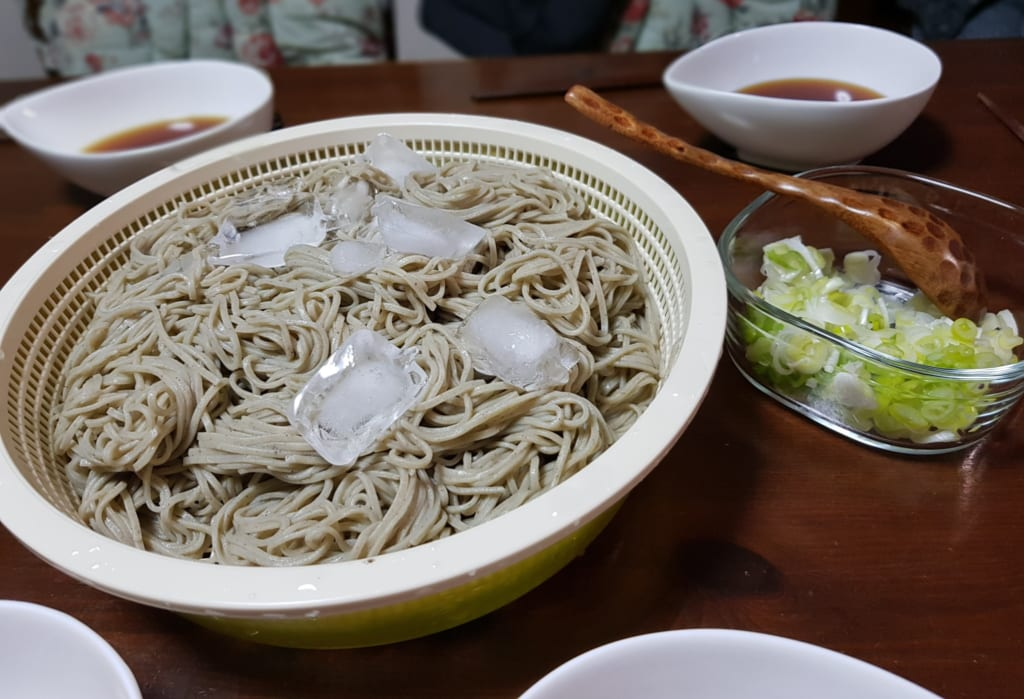 Ciotola di toshikoshisoba a tavola