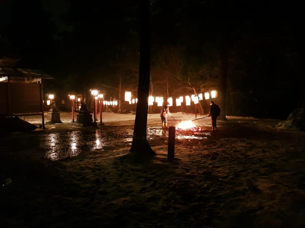 Celebrazione di un rito nel cortile del tempio la notte di Capodanno