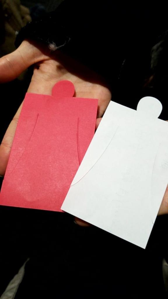 Hitogata, figurine di carta, una rossa e una bianca