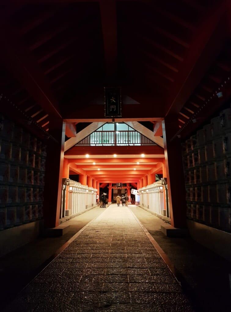 Ingresso di un santuario shintoista la notte di Capodanno