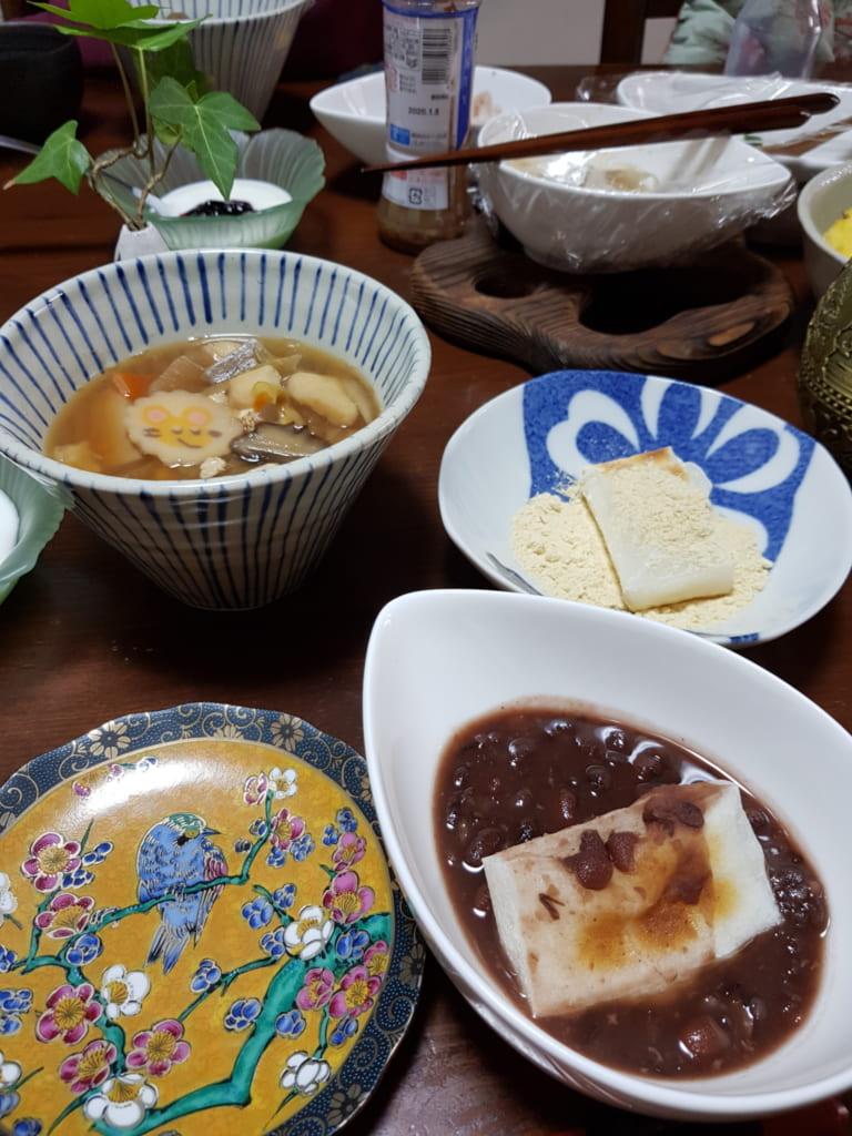 Ciotole sul tavolo con ozoni e mochi con anko e kinako