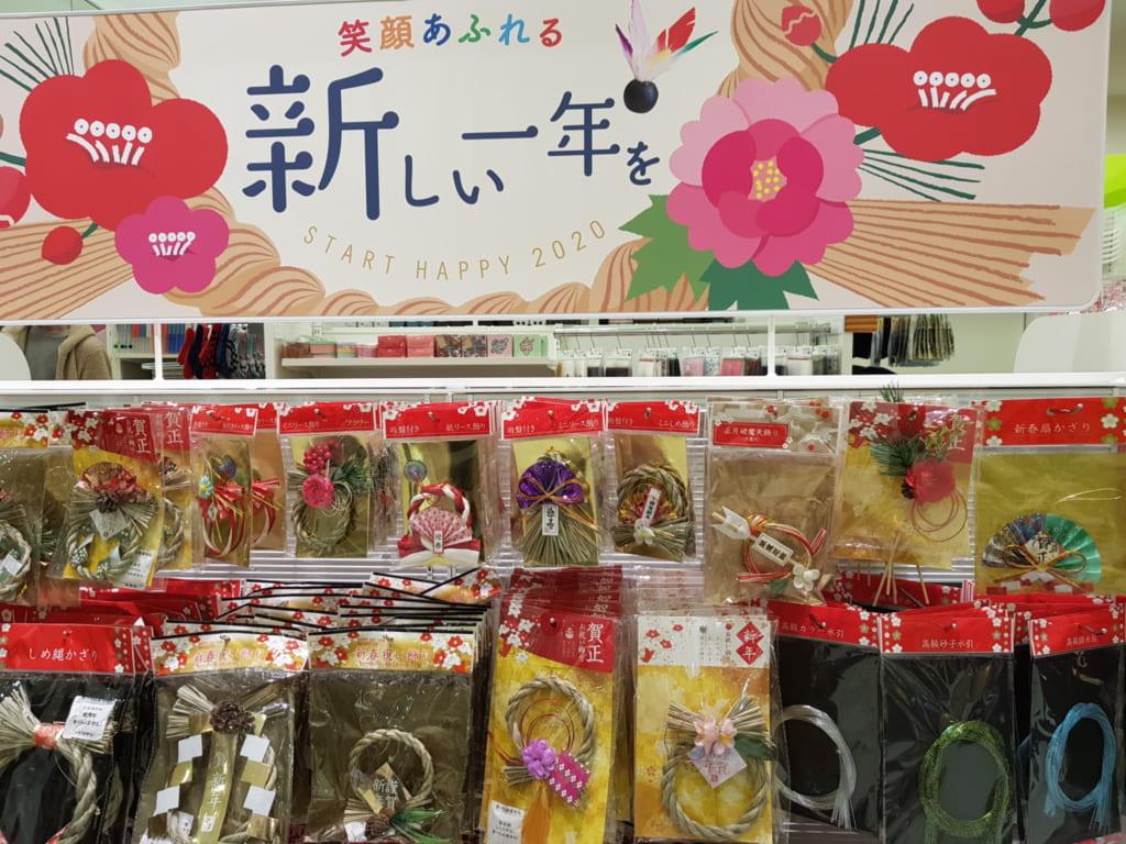 Decorazioni di Capodanno in vendita in un negozio