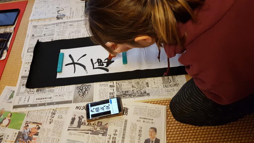 L'autrice scrive il suo desiderio col pennello in calligrafia giapponese