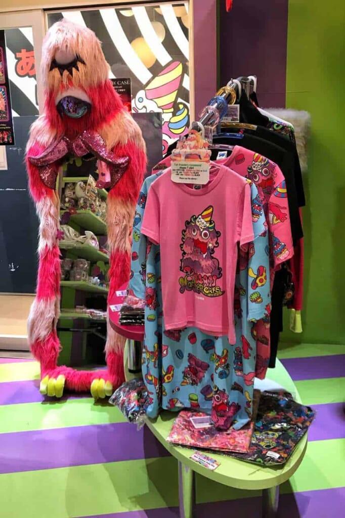 Vestiti in vendita al negozio di souvenir del Kawaii Monster Cafe ad Harajuku
