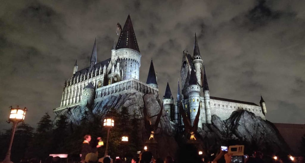Vista notturna del castello di Harry Potter agli Universal Studios Japan
