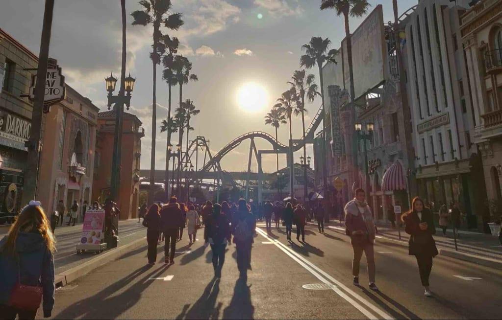 Viale degli Universal Studios Japan al tramonto