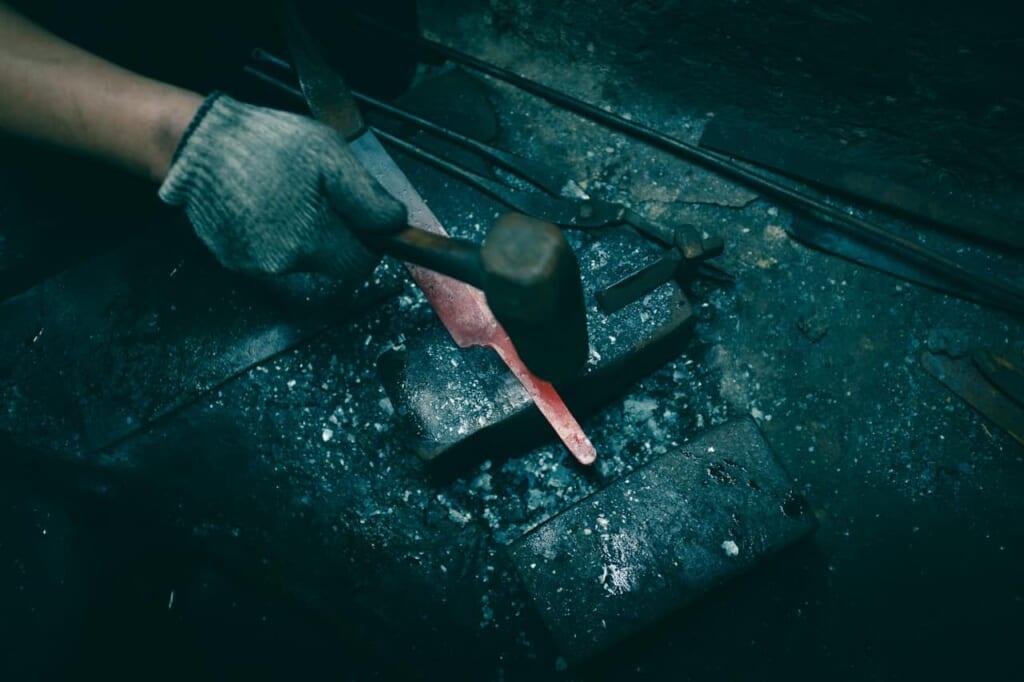 Fabbricazione di un coltello nella fucina di Mizuno Tanrenjo, Sakai, Osaka, Giappone