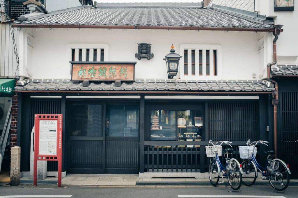 Negozio annesso alla fucina di Mizuno Tanrenjo, Sakai, Osaka, Giappone