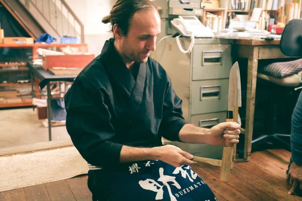 L'autore prova ad assemblare un coltello, negozio Wada, Sakai, Osaka, Giappone