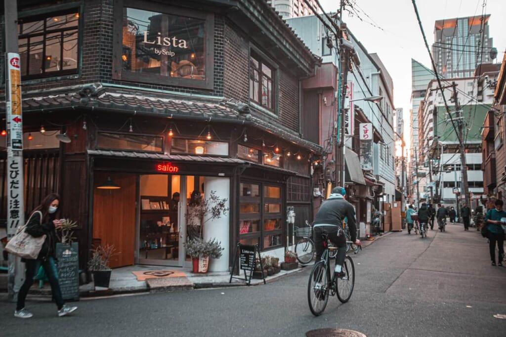 Strada nel quartiere di Nakazakicho a Osaka
