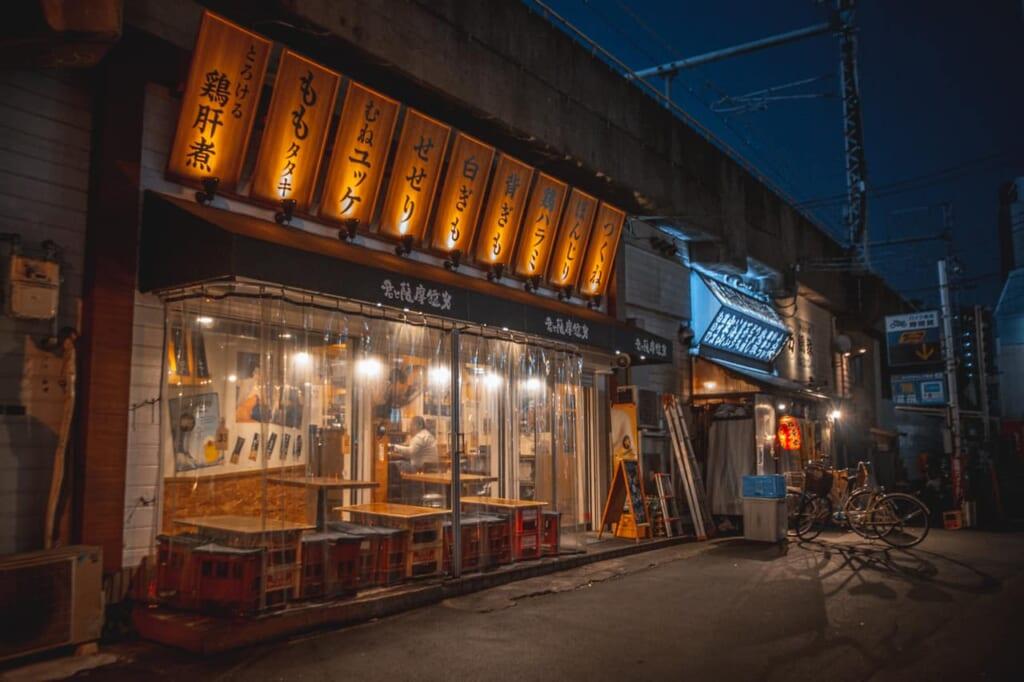 Facciata illuminata di un locale di sera a Nakazakicho