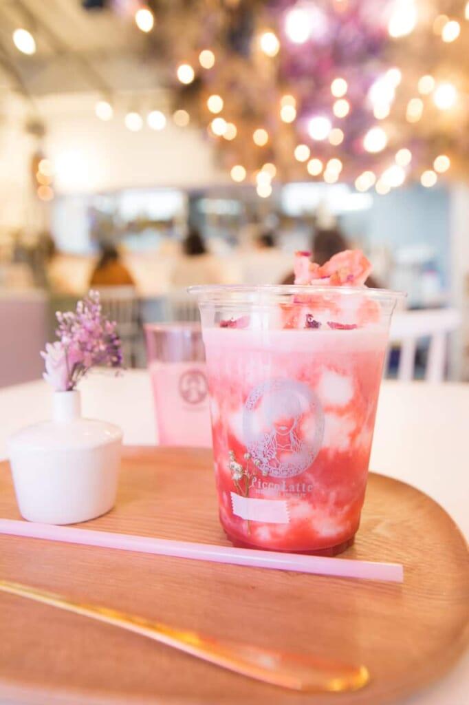 Bevanda color rosa alla caffetteria Picco Latte a Nakazakicho