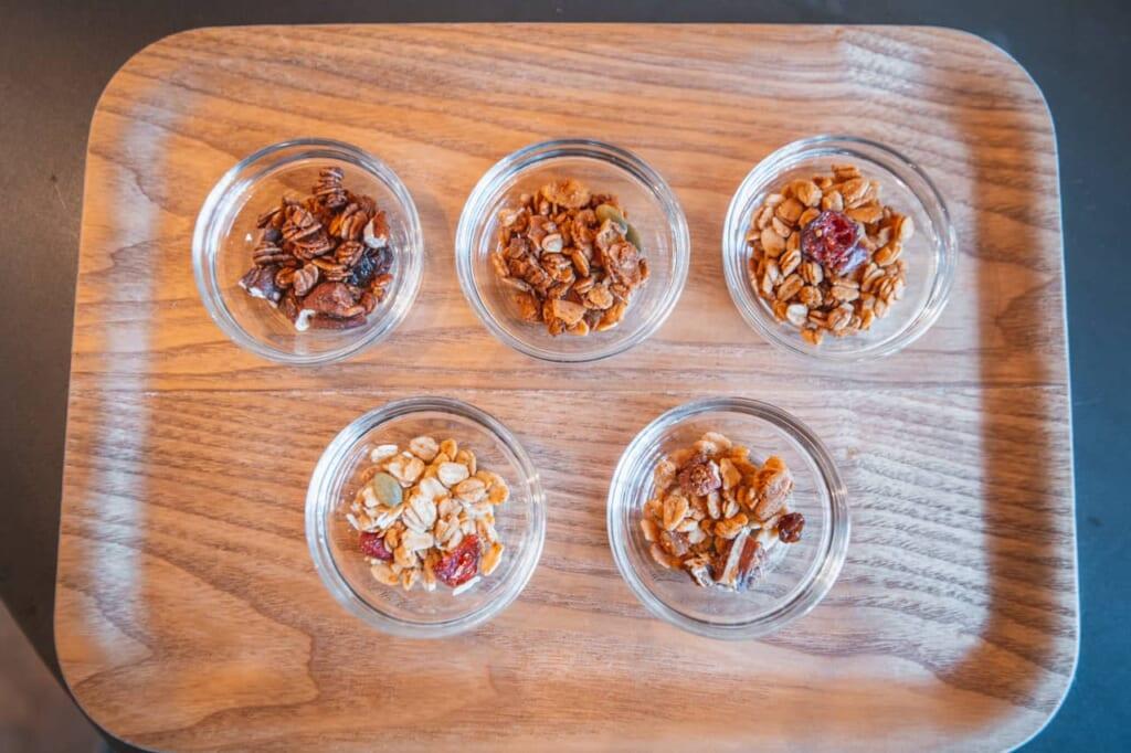 Assaggi di vari tipi di granola su un vassoio