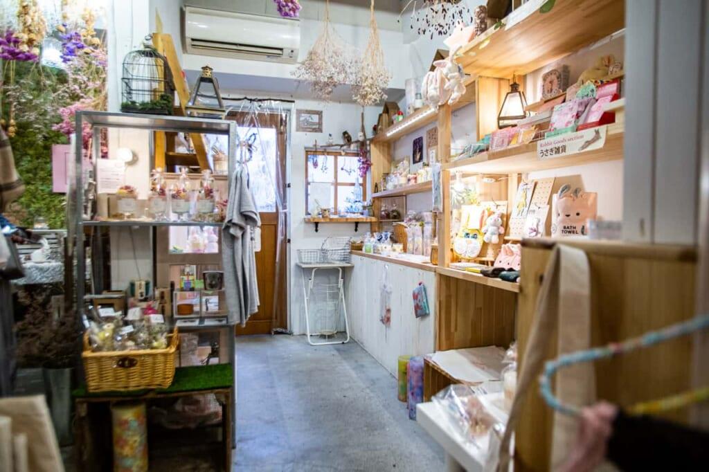 Interno del negozio di candele Lolotte Candle a Nakazakicho