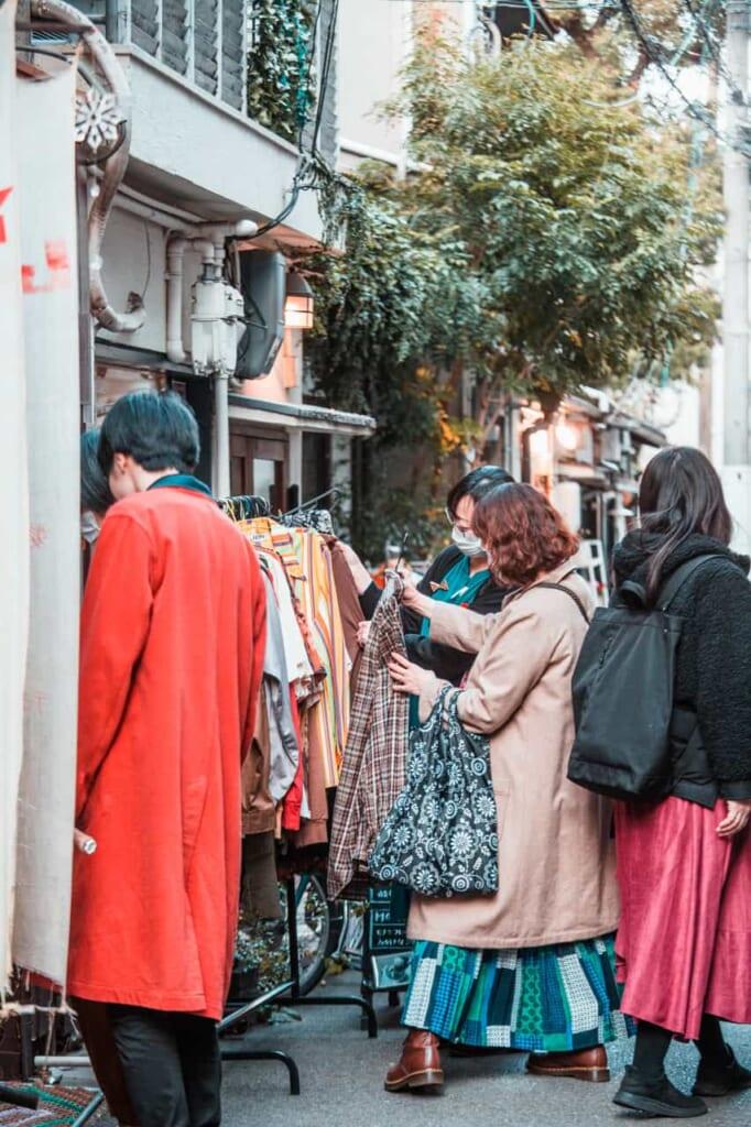Persone fanno shopping in un negozio di vestiti usati a Nakazakicho