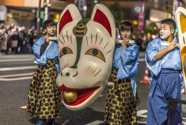 Maschera di volpe gigante alla parata delle volpi di Capodanno a Tokyo