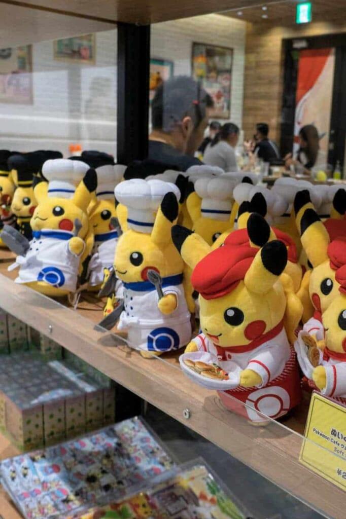 Peluche di Pikachu in vendita al Pokémon Cafe