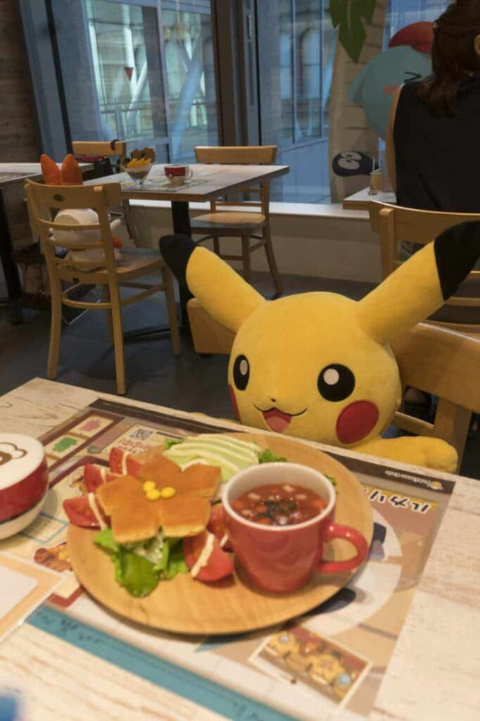 Peluche di Pikachu seduto al tavolo del Pokémon Cafe a Tokyo