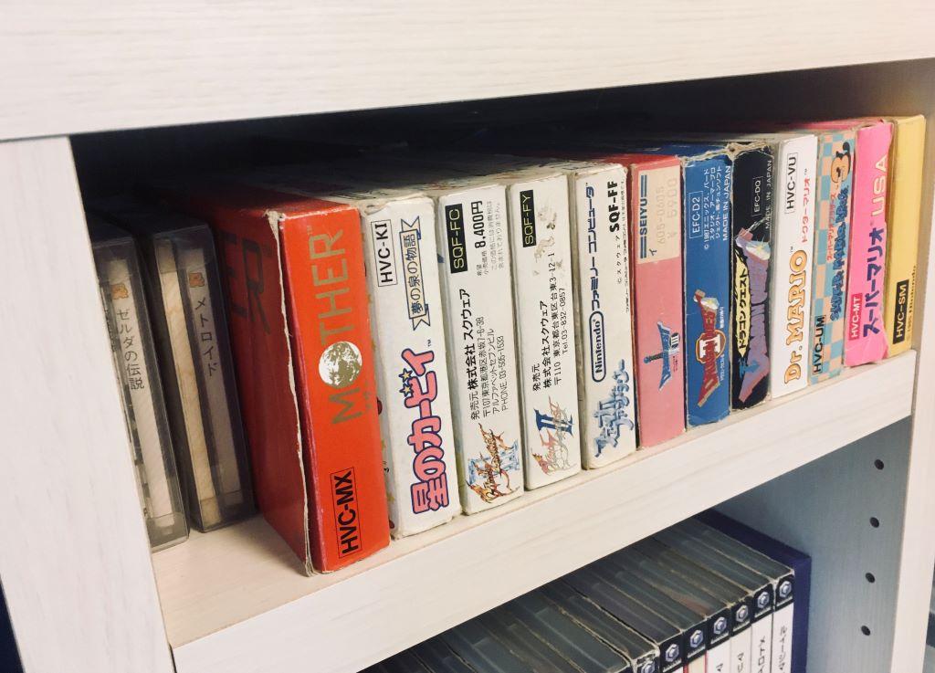 Collezione di videogiochi vintage Famicom su uno scaffale