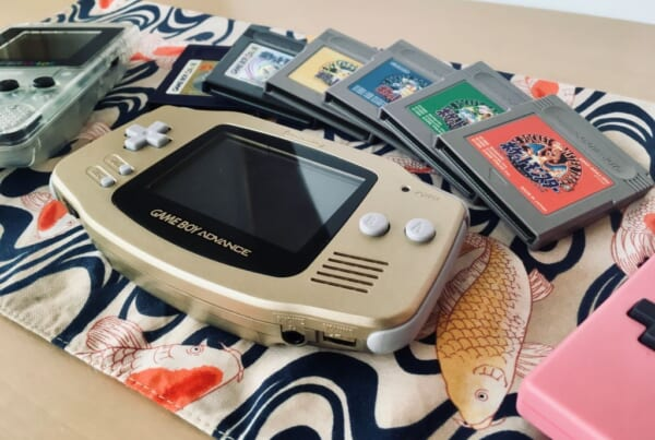 Game Boy Advance e cartucce con videogiochi vintage