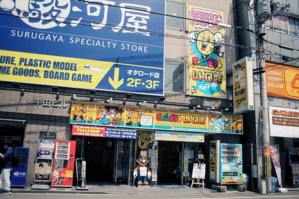 Esterno di negozi di videogiochi vintage in Giappone