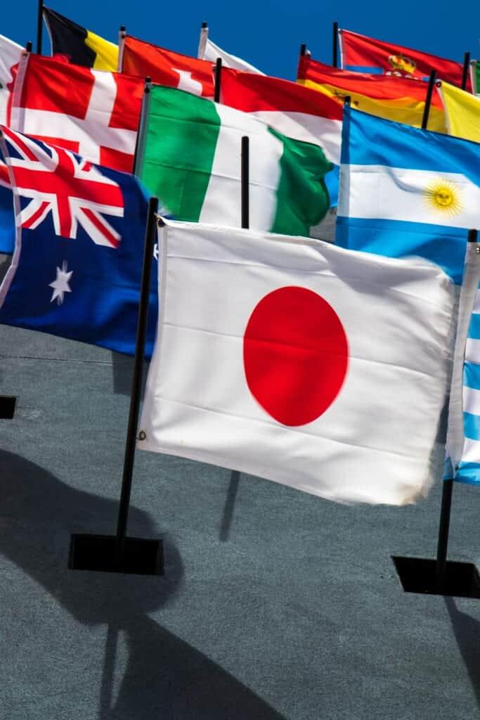 Bandiera giapponese davanti a altre bandiere nazionali